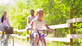 Den lyckliga familjridningen cyklar i sommar parkerar arkivfilmer