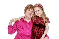 Den lyckliga farmodern kramar hennes favorit- barnbarn Royaltyfria Foton