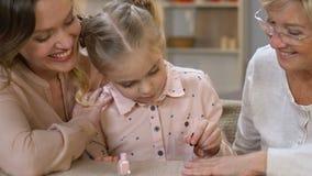 Den lyckliga flickamålningfarmodern spikar och att drömma av manikyryrke, skönhetbloggeren stock video