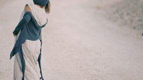 Den lyckliga flickan dansar barfota på den vita vägen stock video
