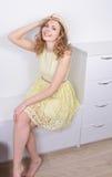 Den lyckliga flickan ett ståendesammanträde fotografering för bildbyråer