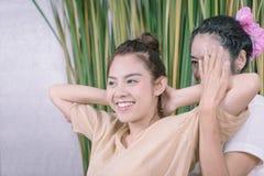 Den lyckliga flickan får armmassage i thailändsk brunnsort Royaltyfria Bilder