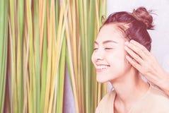Den lyckliga flickan får den head massagen i thailändsk massage Arkivbilder
