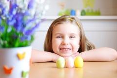 Den lyckliga flickan firar påsk hemma Royaltyfria Foton