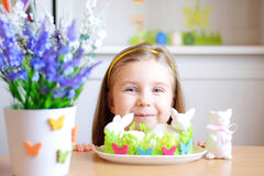 Den lyckliga flickan firar påsk hemma Royaltyfri Foto