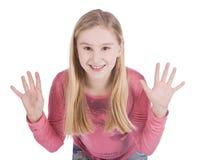 den lyckliga flickan henne gömma i handflatan visa barn Arkivbilder