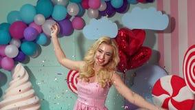 Den lyckliga flickan kastar upp ett glitter på partiet, ultrarapid arkivfilmer