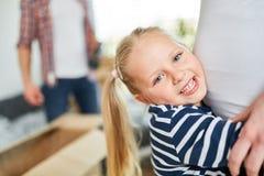 Den lyckliga flickan kramar den gravida modern arkivbild