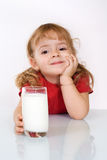 den lyckliga flickan little mjölkar Royaltyfri Foto