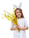 Den lyckliga flickan med den kaninöron och våren blommar Arkivfoto