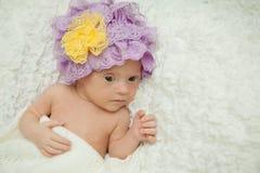 Den lyckliga flickan med Down Syndrome bakar kakor royaltyfria foton