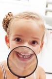 Den lyckliga flickan med miss mjölkar tanden Royaltyfri Foto