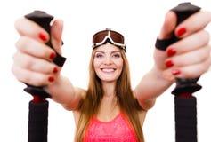 Den lyckliga flickan med skidar poler Arkivfoton