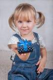 Den lyckliga flickan rymmer en gåvaask i hand Arkivbild