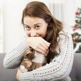 Den lyckliga flickan rymmer hennes julgåva Royaltyfri Bild