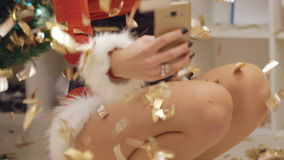 Den lyckliga flickan som tar selfie i fallande guld, blänker långsamt arkivfilmer