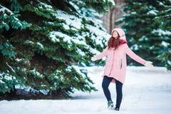 Den lyckliga flickan tycker om winer och snöar väder utomhus på härlig kall dag Royaltyfri Fotografi