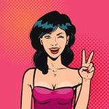 Den lyckliga flickan visar handgesten, segertecken Stående av den härliga unga kvinnan i retro komisk stil för popkonst cartoon royaltyfri illustrationer