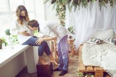 Den lyckliga framtida farsan kysser buken av hans fru arkivfoto