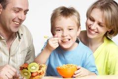 den lyckliga frukostfamiljen har royaltyfri bild