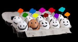 Den lyckliga gruppen av ägg med att le vänder mot att föreställa ett samkväm netto Royaltyfri Fotografi