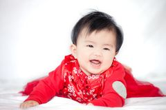Den lyckliga gulliga asiatet behandla som ett barn flickan i kinesiskt le för traditionsklänning Royaltyfria Foton