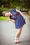 Den lyckliga härliga unga flickan i femtiotal utformar med hänglsen arkivbilder