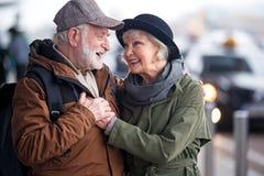 Den lyckliga höga damen och gentlemannen omfamnar fotografering för bildbyråer