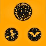 Den lyckliga halloween begreppsdesignen förser med märke i linjen stil med slagträet, häxan, måne Royaltyfri Foto
