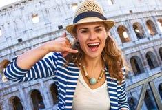 Den lyckliga handelsresandekvinnan i den Rome, Italien visningen kallar mig gesten Arkivfoton