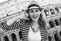 Den lyckliga handelsresandekvinnan i den Rome, Italien visningen kallar mig gesten Arkivbild