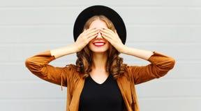 Den lyckliga kalla le flickan stänger gulligt le för ögon i svart runda royaltyfria bilder