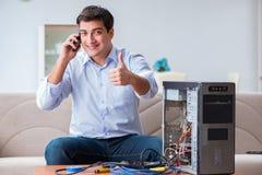 Den lyckliga kunden som löser hans datorproblem Arkivbilder