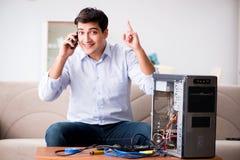 Den lyckliga kunden som löser hans datorproblem Fotografering för Bildbyråer