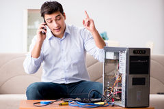 Den lyckliga kunden som löser hans datorproblem Arkivfoton