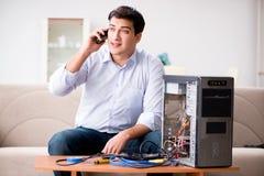 Den lyckliga kunden som löser hans datorproblem Arkivbild