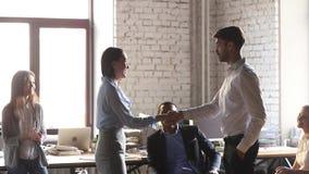 Den lyckliga kvinnaarbetaren får det belönade främjade handskakningframstickandet som gratulerar att lovorda lager videofilmer