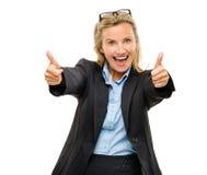 Den lyckliga kvinnan för den mogna affären tummar upp isolerat på den vita backgrouen royaltyfri bild