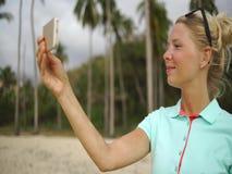 Den lyckliga kvinnan gör selfiefotoet på stranden stock video