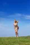 Den lyckliga kvinnan i ett sommargräsplanfält Royaltyfria Bilder