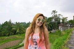Den lyckliga kvinnan i ris terrasserar fältet, Ubud Bali, Indonesien Royaltyfri Bild