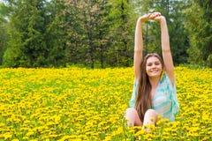 Den lyckliga kvinnan i sommar parkerar royaltyfri fotografi
