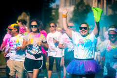 Den lyckliga kvinnan kör loppet för färgVibe 5K Arkivbilder