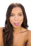 Den lyckliga kvinnan klibbar hennes tunga ut Arkivfoto