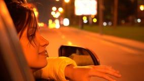 Den lyckliga kvinnan lutar ut fönstret för passageraresidobilen stock video