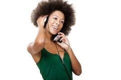 Den lyckliga kvinnan lyssnar musik royaltyfria bilder