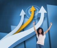 Den lyckliga kvinnan med hennes armar lyftte upp framme av pilar och statistik Royaltyfri Foto
