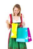 Den lyckliga kvinnan, når han har shoppat, turnerar Royaltyfri Foto