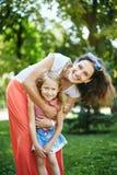 Den lyckliga kvinnan och barnet i den blommande våren arbeta i trädgården Begrepp för ferie för moderdag royaltyfri fotografi