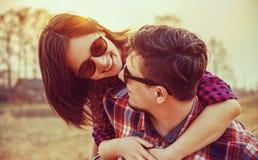 Den lyckliga kvinnan omfamnar en man Arkivbild